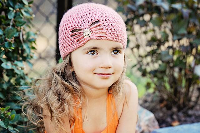 Si ce bonnet au crochet pour fillette vous plaît vous trouverez les  explications en Français par ici