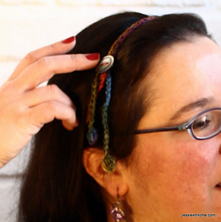 Free-crochet-pattern-simple-hair-tie-back-with-button_small2