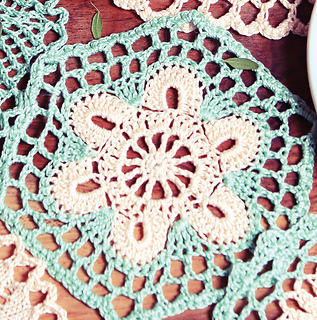 Hexagonal_crochet_doily_small2