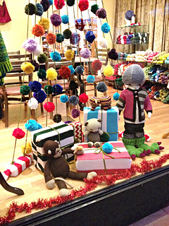 Knit_christmas_window_display_6_small2