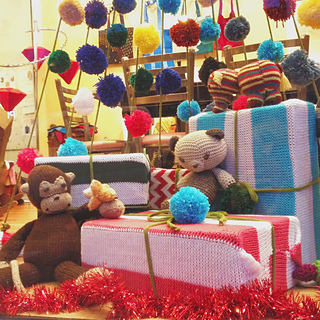 Knit_christmas_window_display_5_small2