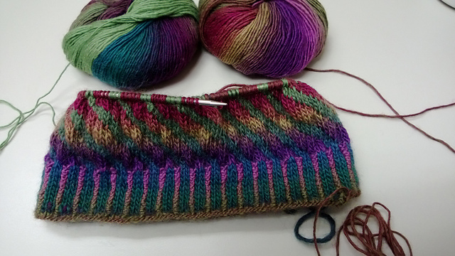 Knitting, Sci-fi and other stuff...: Two Handed Stranded Colorwork... Why Yes!
