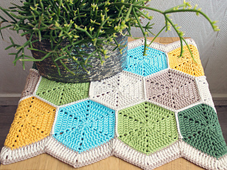 Marinke-hexagon-tablerunner-finished-shoot3_small2