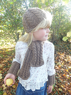 Beth_beanie_hat__scarf_and_wrist_warmes_holding_pear_small2