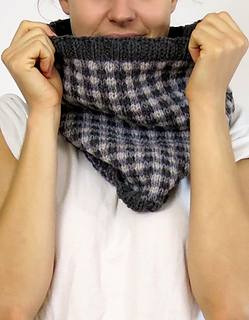 Checked_cowl_model__05922