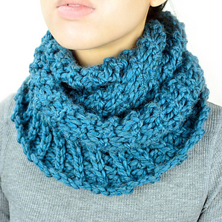 Crochet_broomstick_winter_infinity_scarf_small2