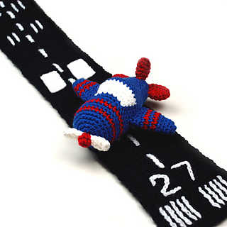 Crochet_airplane_with_runway_scarf_small2