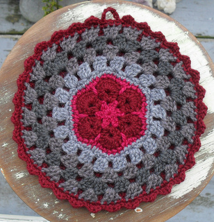 African_flowers_mandala_pot_holder_november_2010_small2