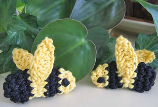 Amigurumi_bumblebees_with_plant_resized_fix_small2