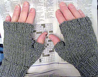 Mens_fingerless_mitts_gray_on_m_fill_res_small2