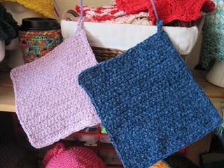 Simple_crochet_mat_cloths_2_on_shelf_2_small2