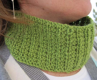 Lazy_afternoon_cowl_on_c_reverse_side_small2
