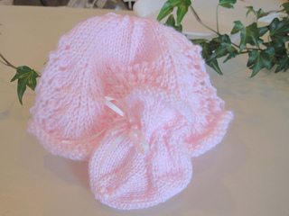 Lacy_baby_hat_and_scalloped_lace_sock_alone_small2