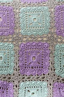 Granny Squares kostenlos auf ravelry.com von Katherine Eng. Zusammengefasst zu einer Decke.