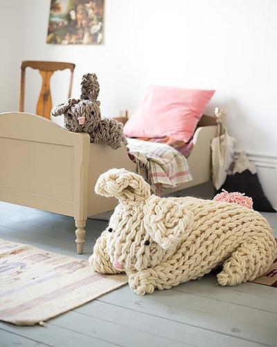 Patron de tricot utilisant de la laine géante Giant Arm Knit Bunny par flax & twine | anne b. weil