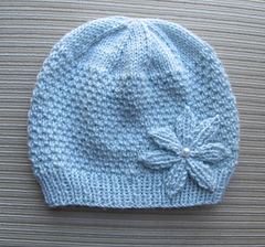 Hat_in_beads_stitch_with_a_knitted_flower_small