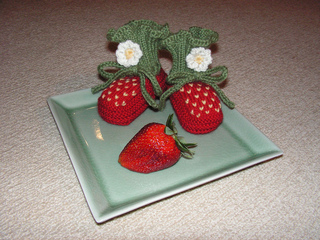 Strawberry_booties_001_small2