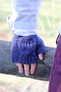 Laura_mitts_cable_the_knitting_vortex_small2