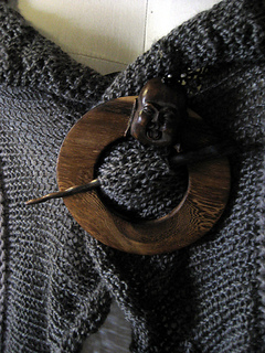 Knitwhits_flamenca_3_close_up_of_shawl_pin_small2