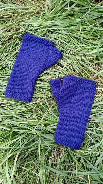 http://www.ravelry.com/projects/misshendrie/susie-rogers-reading-mitts-3