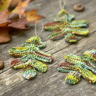 Knit_oak_leaves_small2