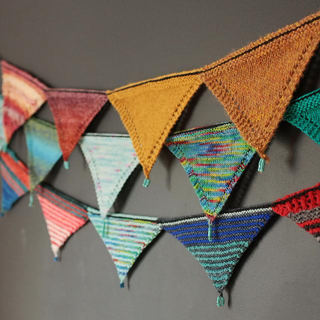 Fanions tricotés Swatchtastic par tincanknits