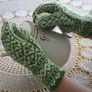 Shamrock_mittens_pouring_tea_2_small2