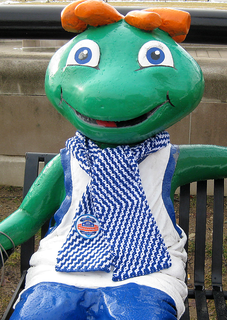 Slipped_zig_zag_scarf_on_ncaa_statue_small2