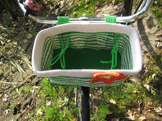 Bike_basket_top_view_with_inner_ties_in_use_small2