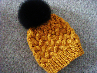 ce783a25934 Ravelry  Sandy Winter Cable Hat pattern by Annanitato Lolo