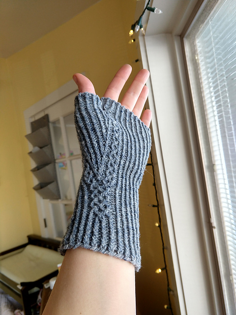 fingerless mitt with cable around thumb