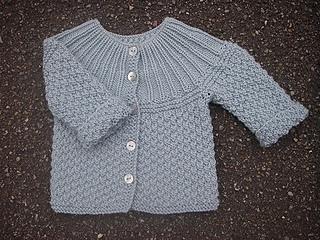 5f4f1462d4c Ravelry: Babytrøje med rundt bærestykke pattern by Sisse Chytræus