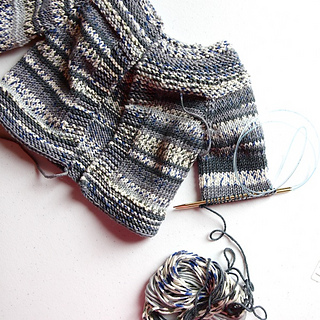 Lilla_koftan_sleeve_on_needles_small2