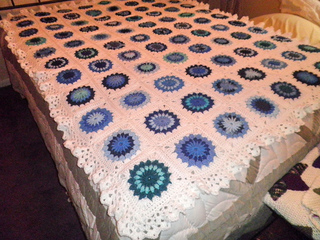 Blue_sunburst_afghan2_small2