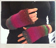 Pink_fingerless_gloves_of_love_small_best_fit