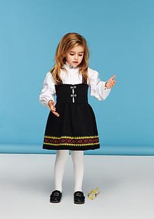 44b28bd3b096 Ravelry  Nr 6 Matilde kjole med seler pattern by Sandnes Design