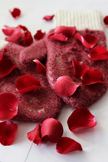Rose_petals_on_snow12_small2