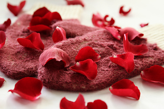 Rose_petals_on_snow5_small2