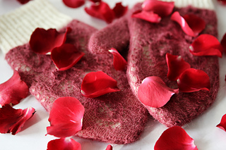 Rose_petals_on_snow1_small2