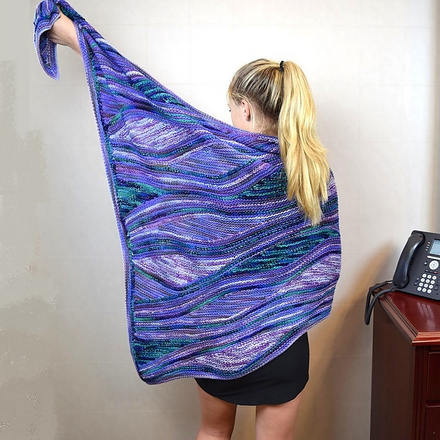 https://www.ravelry.com/patterns/library/la-belle-louise-shawl