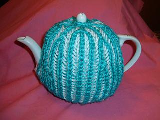 a7d63a5e765 Ravelry  The Odeon Bicolour brioche (Prime Rib) tea cozy pattern by Megan  Mills