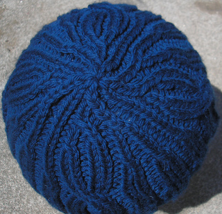 Blue_bulky_cable_hat_top_small2