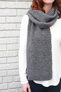 Grey_rectangle_scarf_-_model_1_small2