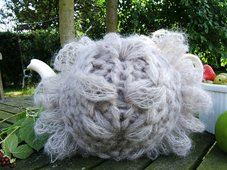 Rustic_leaf_tea_cosy_ravelry_close_up_small2