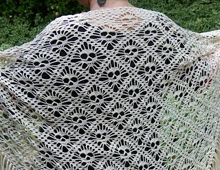 Ravelry  Skull shawl Döskallesjal pattern by kungen och majkis 0a104350e028f