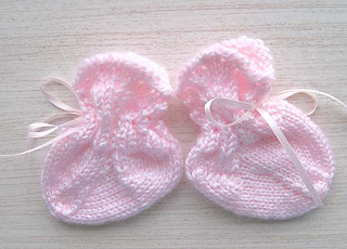 Scalloped_lace_baby_socks_pair_small2