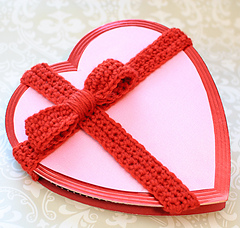 Decroted-valentine-heart-with-crochet-bow-pattern-4_small