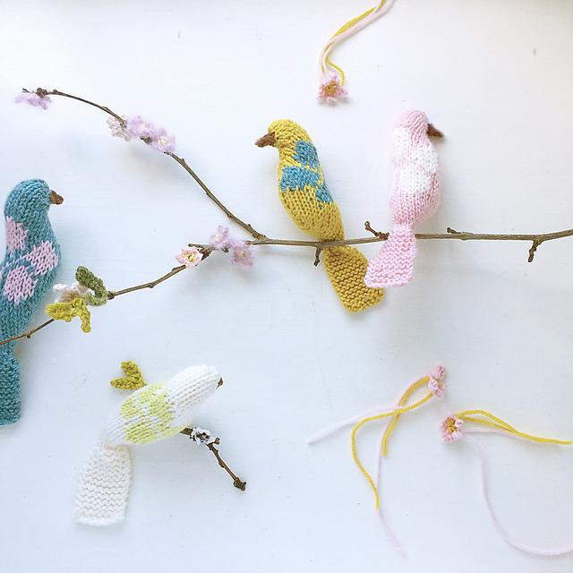 oiseaux tricotés pour le printemps Blossom birds par Claire Garland