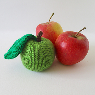Apple_and_pear_pincushions_img_7557_small2