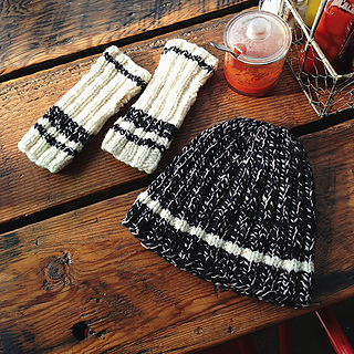 Stadium_mitts_beanie_on_table_small2